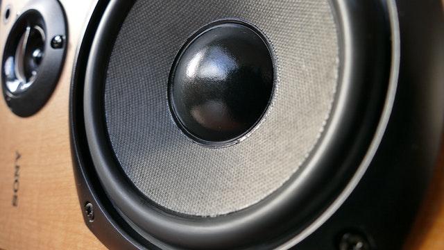 Głośniki ze wzmacniaczem – wady i zalety